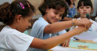 Crianças se ajudando na escola
