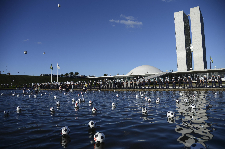 Bolas chutadas no Congresso em manifestação. Foto: Agência Brasil