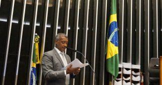 Romário discursa no plenário