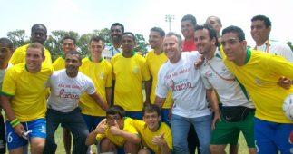 Romário e Zico com os atletas da Special Olympics, em Atenas, 2011.