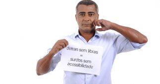 Romário faz sinal de vergonha na linguagem de sinais.