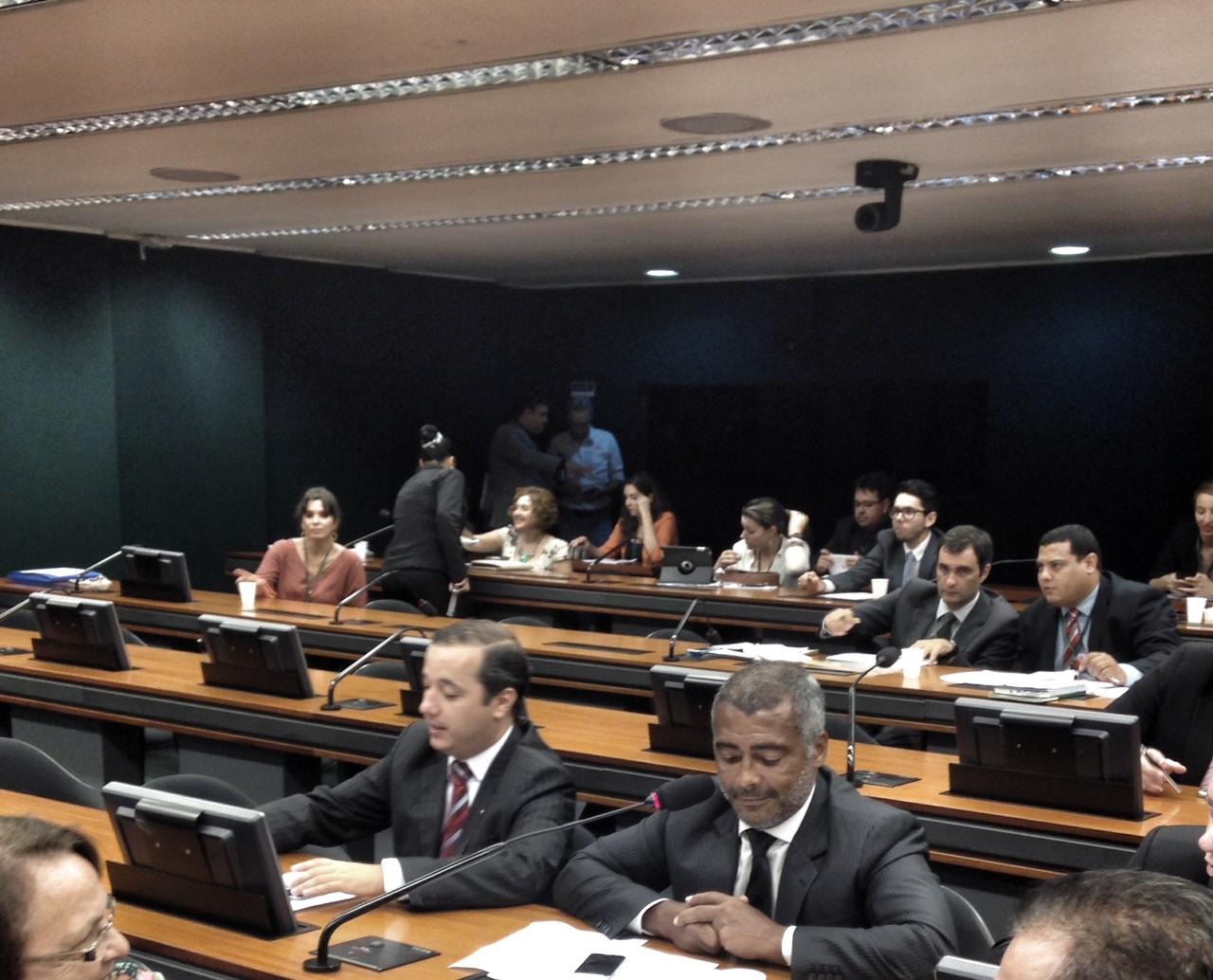 Romário quer transparência no uso de recursos deixados no Brasil pela FIFA após a Copa