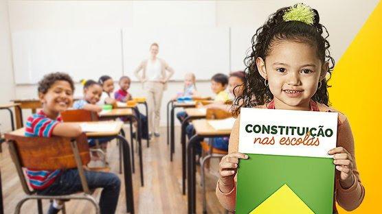 Garota em posse da constituição